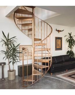 Винтовая лестница В13 со ступенями из лиственницы