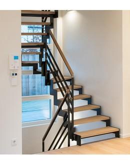 Маршевая лестница М28 забежная на косоуре