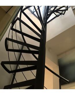 Винтовая лестница В17  со ступенями из стекла
